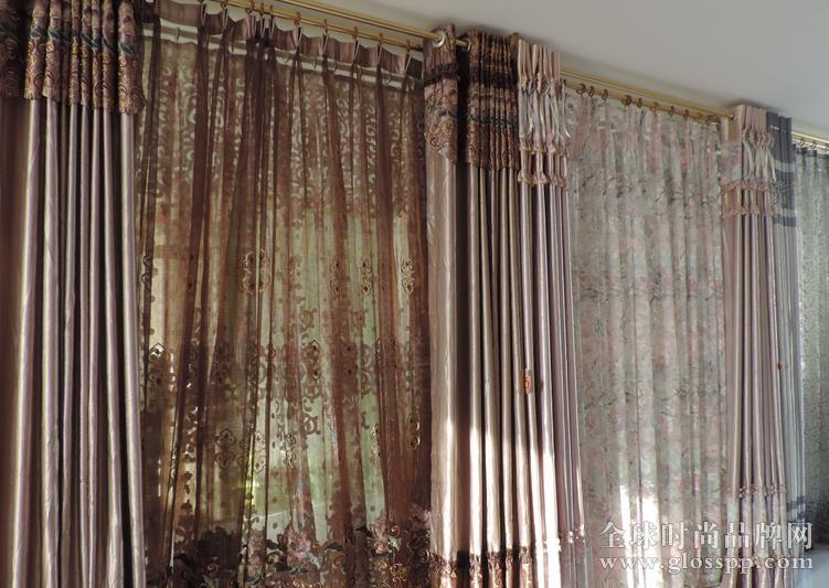 6.伊丽莎   英国皇家伊丽莎白窗帘布艺是世界窗帘布艺行业发展的一个重要的里程碑。致力于窗帘布艺的设计研发和窗帘布艺文化的广泛传播。作为国内首家集研发、设计、生产、销售为一体的装饰窗帘布艺企业,皇家伊丽莎白非常注重窗帘的面料、花色、工艺、款式的整体产品开发设计。   7.