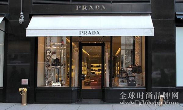 Angelo Michilli   时尚头条网报道:从Prada,Celine,巴黎世家到华伦天奴,Vera Wang和范思哲,他们都选择了同一个装修商, Michilli来装潢它们最具品牌价值的店铺橱窗。Angelo Michilli是一个出生在纽约贫民区布朗克斯的意大利裔美国人,在曼哈顿大学拿到了机械工程的学士学位,随后又在纽约佩斯大学读了MBA。他于 1999年创立了自己的公司,项目主要集中于纽约地区,但也同时遍布好莱坞比弗利山庄,芝加哥,休斯顿,达拉斯,华盛顿的泰森斯角,迈阿密以及亚特兰大等