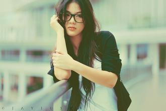戴眼镜的女孩穿衣技巧