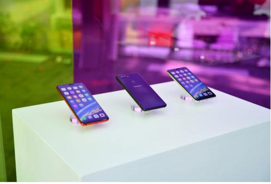 《OPPO牵手国际设计大咖打造首款玻璃材质渐变色时尚手机》