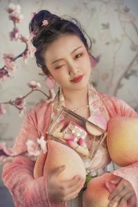 时尚达人【__邹邹__】教你画蟠桃粉妆。