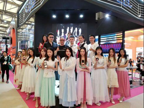 "CZEL绔姿彩妆:中国品牌的彩妆新秀惊艳化妆界""奥斯卡"""